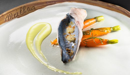 Truite arc en ciel, cuisson au bleu, accompagnee de beurre frais fondu, carottes a l'oseille, sauce mousseline